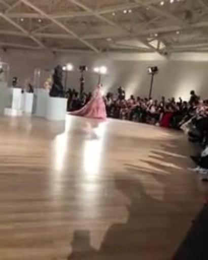La modelo Maya Henry abre la pasarela del desfile Alta Moda Couture 2018 de Dolce & Gabbana en la Ciudad de México