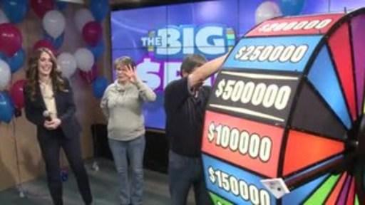 Vidéo : Encouragé par sa sœur, Marion, Bert Bobrowich, de Nipigon, fait tourner la roue THE BIG SPIN au Centre des prix OLG à Toronto. M. Bobrowich a remporté un gros lot au tout nouveau jeu INSTANT d'OLG, THE BIG SPIN.