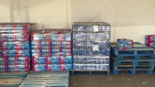 Vidéo : Bouteilles d'eau prêtes à être distribuées aux sinistrés revenant à Fort McMurray après les feux de forêt de 2016.