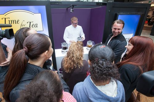 Once Heston was revealed, crowds of shoppers mobbed the machine where Heston was handing out a choice of green, white and oolong tea brewed to perfection in the Sage Tea Maker. (PRNewsFoto/Sage Appliances)