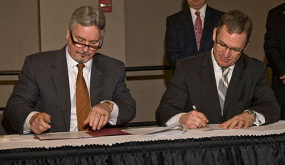 Cobo Center General Manager Thom Connors (l) and North American International Auto Show Executive Director Rod Alberts (r) sign the five-year agreement to keep the show at the downtown Detroit convention facility through 2017.  (PRNewsFoto/Detroit Regional Convention Facility Authority)