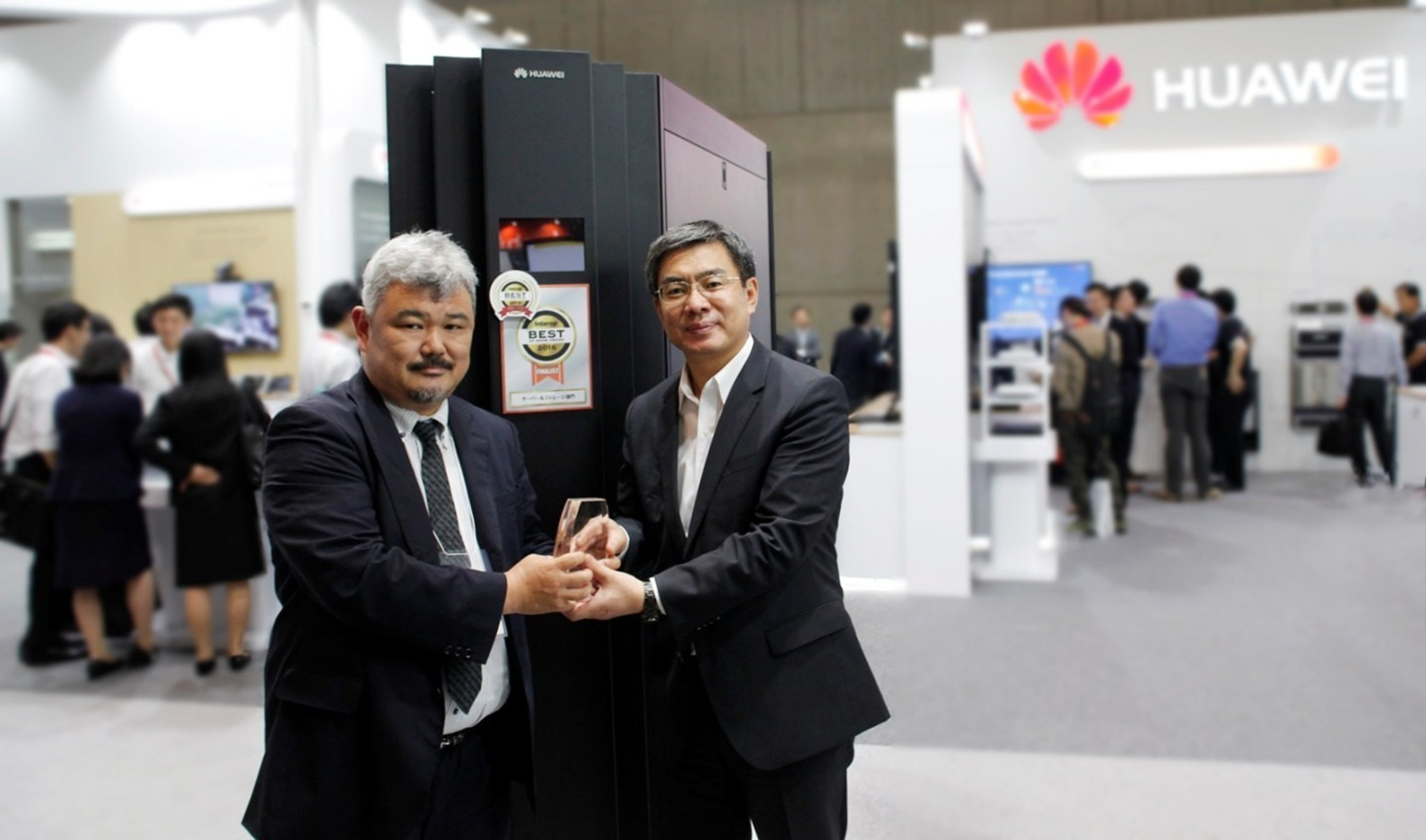 "Yan Lida, President, Enterprise Business Group, Huawei (right) received the 2016 Interop Tokyo Best of Show ""Grand Prix"" Award for the Huawei KunLun 9032 Mission Critical Server from a representative of the Interop Tokyo Committee (left)."