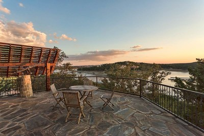 Featuring an impressive 195± feet of private lake frontage, dual covered boat docks and more than two acres of wooded landscape, Lake Travis Waterfront Retreat offers the privilege of boating, waterskiing and countless outdoor recreation options at every turn, all tucked away within the rolling terrain of Texas Hill Country. Heritage Luxury Real Estate Auctions