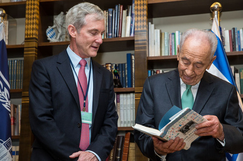 Dr. Leighton presents President Peres with a new book on the late Daniel Lewin, the Israeli co-founder of Akamai who was killed on Sept. 11, 2001. Photography: Noga Shadmi, Van de Reep.  (PRNewsFoto/Akamai Technologies, Inc.)