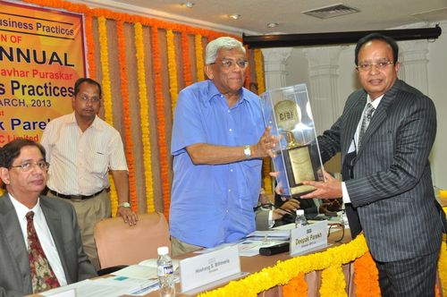 Mr. Narendrakumar A. Baldota, (third from left) Chairman & Managing Director, MSPL Limited is presented with CFBP Jamnalal Bajaj Award for Fair Business Practices for 2012 by Mr. Deepak Parekh, Chairman, HDFC Ltd, at a function held in Mumbai (PRNewsFoto/MSPL Limited)