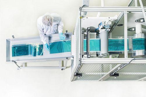 HeliaFilm(TM) encapsulation output - (C)Heliatek (PRNewsFoto/Heliatek GmbH)
