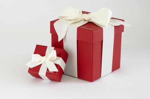 REDENVELOPE'S ENHANCED SIGNATURE RED GIFT BOX NOW OFFERED COMPLIMENTARY WITH GIFTS.  (PRNewsFoto/RedEnvelope)