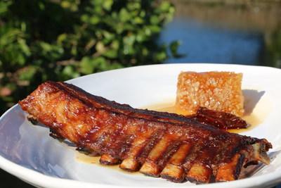Preparar un glaseado perfecto con miel pura para asar las costillas de cerdo. iY veras que le encantara a toda tu familia! Foto cortesia: National Honey Board