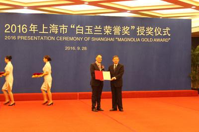 Yang Xiong, Mayor of Shanghai, presents the award to Marco.