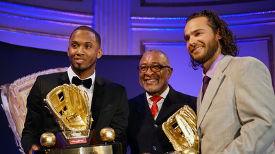 Rawlings Gold Glove Award winning shortstops Alcides Escobar of the Kansas City Royals(TM) (left) and Brandon Crawford of the San Francisco Giants(TM) (right) accept their awards from Ozzie Smith at the Rawlings Gold Glove Awards in New York City on November 13, 2015.