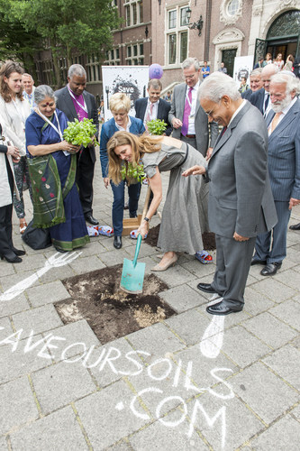 In a guerrilla gardening action in the heart of Amsterdam, German TV-cook Sarah Wiener is wielding the spade. Around her, from left to right are Joszi Smeets of the Youth Food Movement, Vandana Shiva, archbishop Thabo Makgoba, Renate Kunast, Andre Leu of IFOAM, Volkert Engelsman of Nature & More, Ibrahim Abouleish of SEKEM (front), Götz Rehn of Alnatura and Rabbi Soetendorp. (PRNewsFoto/Nature & More / Save Our Soils) (PRNewsFoto/Nature & More / Save Our Soils)