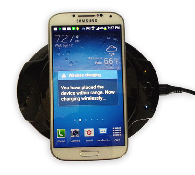 The Curve wireless charging pad with the Samsung S4.  (PRNewsFoto/Monster Watts)