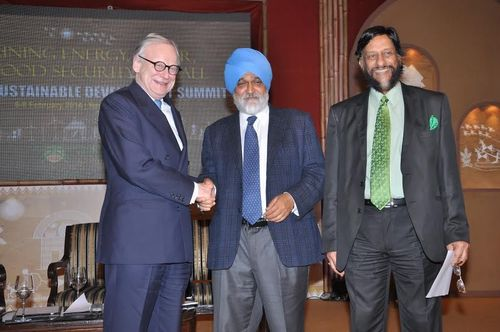 Mr John Gummer, Former Secretary of State for Environment & Member of Parliament, House of Lords, UK, Mr. Montek Singh Ahluwalia, Deputy Chairman, Planning Commission, and Dr R K Pachauri, Director General, TERI, at the Valedictory Session of the Delhi Sustainable Development Summit 2014, in New Delhi today. (PRNewsFoto/TERI)