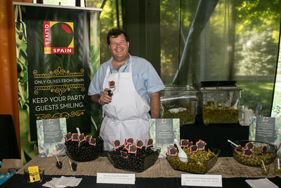 Chicago chef, Michael Kornick, introduces Olives from Spain campaign at Chicago Gourmet.  (PRNewsFoto/Olives from Spain)