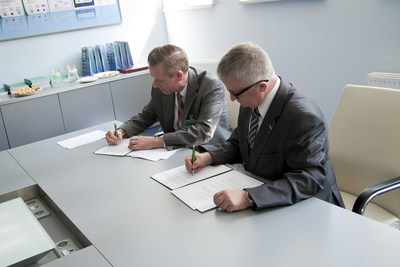 Mike Shaughnessy, Vice President of Supply Chain, Raytheon Integrated Defense Systems and Henryk Kruszynski, Ph.D., CEO of TELDAT Company, sign Letter of Intent to explore partnership opportunities in Poland.