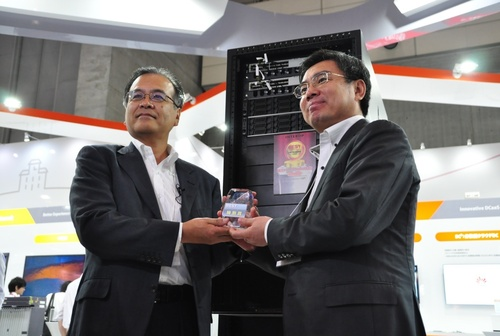 Mr. Yan Lida, President of Huawei's Enterprise Business Group (right) was presented with the Best of Show Award for Huawei Oceanstor UDS by Mr. Shido Masahiro (left). (PRNewsFoto/Huawei)