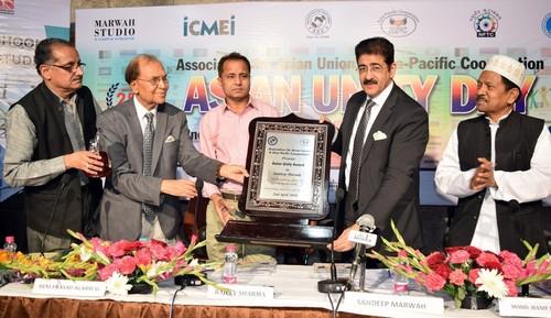 Sandeep Marwah receiving the Asian Unity Award (L-R): Mr. K K Sharma, VP, AAU; Dr. Beni Prasad Agarwal, ...