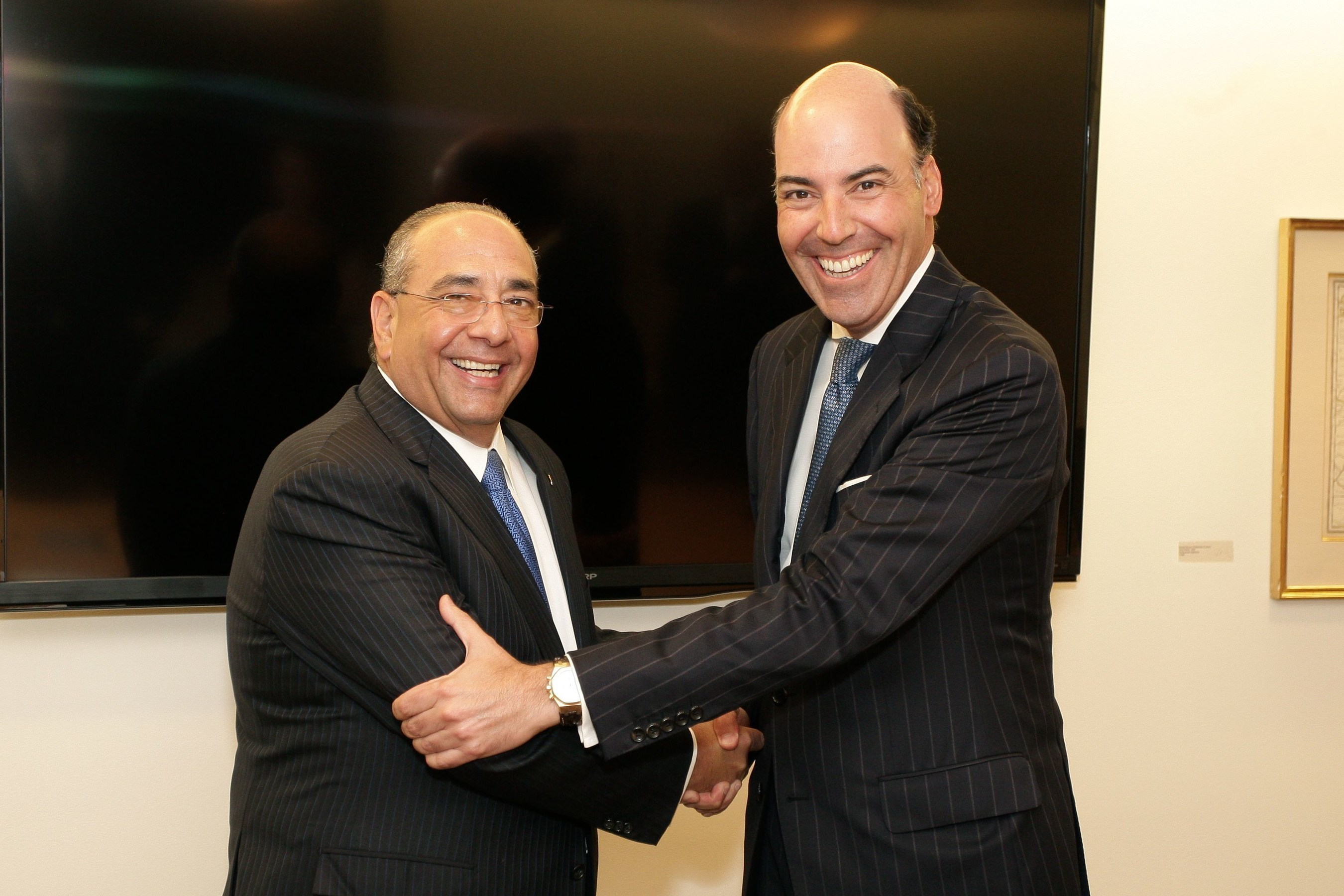 Grupo Financiero Ficohsa CEO, Camilo Atala, and Citi Latin America CEO, Francisco Aristeguieta at the signing of the agreement.