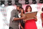 NE-YO crowns Felicia Millikan the winner of TGI Fridays Red Hot Summer of Music.  (PRNewsFoto/TGI Fridays)