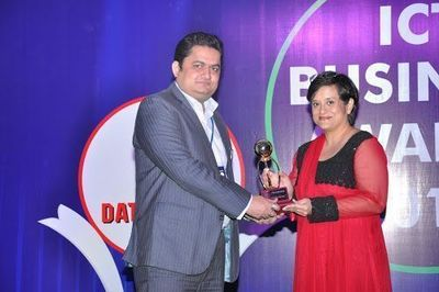"Rahul Sharma, Business Head – System Integration, Sterlite Technologies Limited receiving Voice&Data ""Top Telecom Cable Company 2011-12"" award from Debjani Ghosh, MD, Intel South Asia"