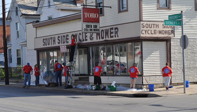In Columbus, Ohio, 85 Lowe's Heroes volunteered their time to sand, prime and rehabilitate merchant properties in the South Side business district.  (PRNewsFoto/Keep America Beautiful)