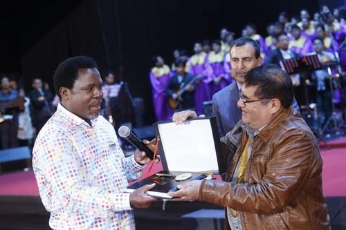 The Mayor of La Victoria, Elias Cuba Bautista, presents T.B. Joshua with the Key of the City of Lima. ...