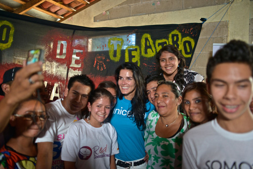 UNICEF Ambassador Angie Harmon poses for a group photo with youth leaders who are disseminating messages in their communities about the prevention of child trafficking. (PRNewsFoto/U.S. Fund for UNICEF, Kike Calvo / Courtesy of the U.S. Fund for UNICEF)