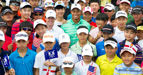 Tiger Woods and Rory McIlroy with Chinese Juniors at Coaching Clinic before the Match at Mission Hills. (PRNewsFoto/Mission Hills China) (PRNewsFoto/MISSION HILLS CHINA)