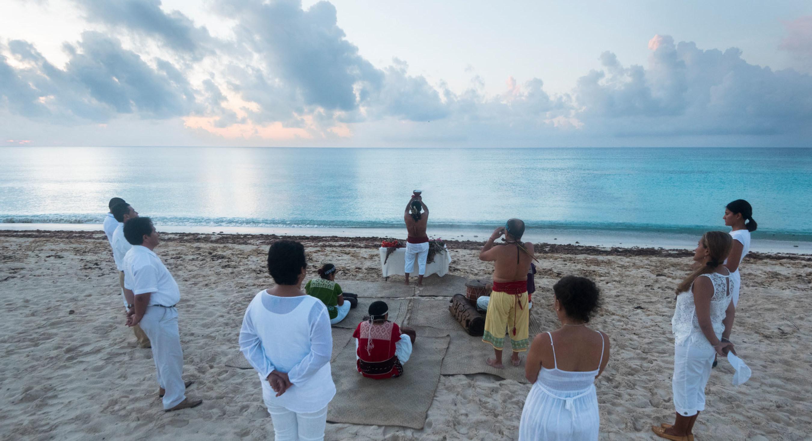Amanecer en la playa del Ocean Riviera Paradise durante la ceremonia Maya