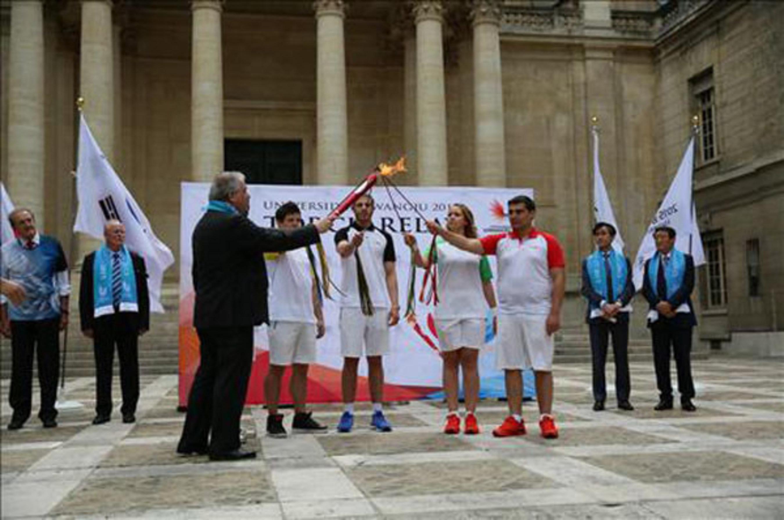 Fackel der Universiade von Gwangju in Paris angezündet