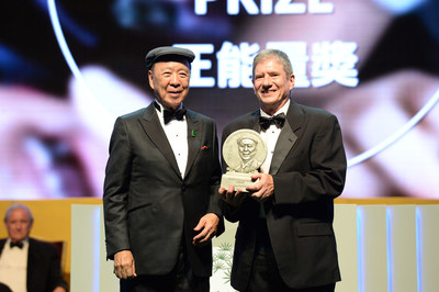 """Mr. James E. """"Chip"""" Carter, III representing Mr. James Earl """"Jimmy"""" Carter, Jr., receiving the Positive Energy Prize of LUI Che Woo Prize – Prize for World Civilisation 2016."""