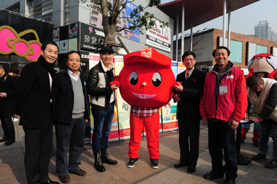 (From left to right) Shen Xingfeng, Deputy Director of the Shanghai Red Cross Blood Center, Zhu Yongming, Director of the Shanghai Red Cross Blood Center, Micky Fung, Founder and Executive Chairman of Touchmedia, Ma Qiang, Executive Vice President of Red Cross Society of China, Shanghai Branch, Chen Zeren, Blood Donating Volunteer.  (PRNewsFoto/Touchmedia)