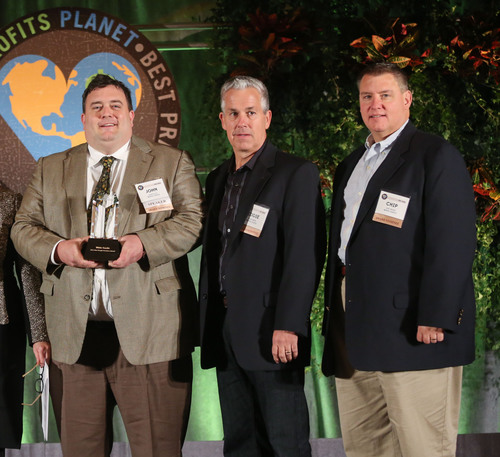 From left to right: White Castle team members John Kelley, Eddie Smith and Chip Stalter accept the Best People Practices Award at the People Report awards presentation in Dallas, TX.  (PRNewsFoto/White Castle)