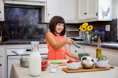 """Los Angeles Junior Chef de Toma Leche, Mimi Moraccini, de """"Piccolo Chef"""" demuestra su impresionante talento en la cocina."""