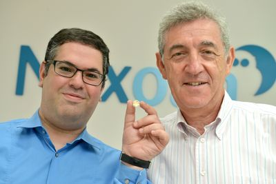 on the left – President and CEO Dr. Adi Mashiach holding Nyxoah's tiny implant, on the right – Chairman Robert Taub (PRNewsFoto/Nyxoah)