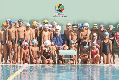 Coach Richard Shoulberg with young swimmers in Mumbai (PRNewsFoto/Glenmark Aquatic Foundation)