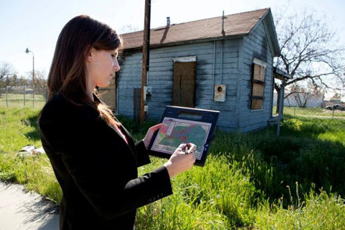Esri tools provide streamlined workflows for Insurance professionals in the field.  (PRNewsFoto/Esri)
