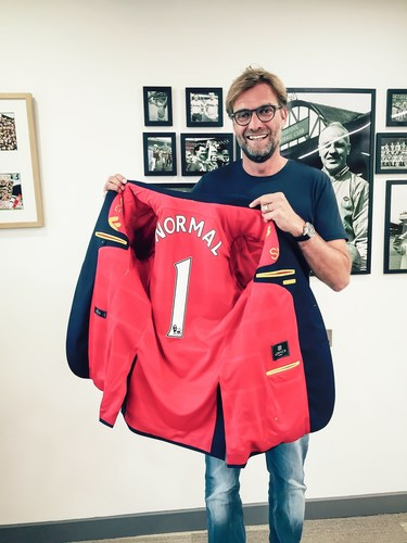 Jurgen Klopp, Manager F.C. Liverpool, receives the first Trikot-Jacket (PRNewsFoto/trikot-jackett.de)