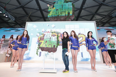 Wang Yuyun at the grand opening of Perfect World 2012 ChinaJoy with several game players.  (PRNewsFoto/Beijing Perfect World Co., Ltd.)