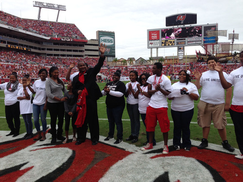 Buc's Derrick Brooks' ad #1 in United Way & NFL 40th anniversary promotion.  (PRNewsFoto/United Way ...