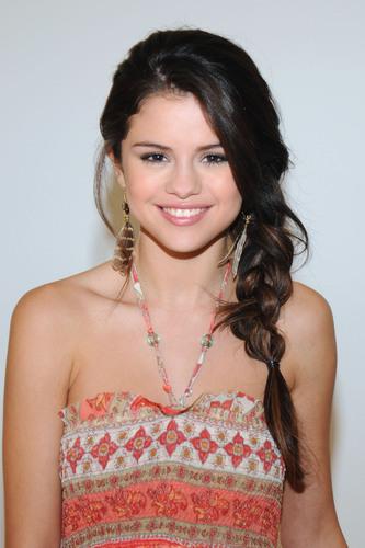 Global Poverty Project Hosts Sweepstakes to Meet UNICEF Ambassador Selena Gomez