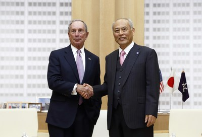 Michael R. Bloomberg, Founder of Bloomberg L.P., Philanthropist, UN Secretary-General's Special Envoy for Cities and Climate Change, and three-term mayor of New York City meets Yoichi Masuzoe, Governor of Tokyo Metropolitan Government on March 24 in Tokyo. Mr. Bloomberg and Governor Masuzoe discussed a variety of topics, including city management and Tokyo's leadership on climate change.