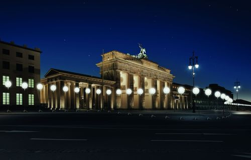The German capital is expecting a large number of visitors to descend on the city to mark the twenty-fifth anniversary of the fall of the Berlin Wall. The high point of the celebrations will come the weekend of 7-9 November when a 15 kilometre long light installation will light up the city centre along the former course of the Wall. 8,000 large, illuminated balloons will mark the line where, up until 25 years ago, the Berlin Wall divided East from West. c) Kulturprojekte Berlin_WHITEvoid_Christopher Bauder, Photo Daniel Bueche (PRNewsFoto/visitBerlin)