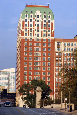 The Renaissance Blackstone Chicago Hotel is offering a new adventure package to help guests discover Chicago. (PRNewsFoto/Renaissance Blackstone Chicago H)