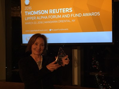 Janet Brown, president of FundX Investment Group, receives the 2016 Lipper Fund Award for the FundX Upgrader Fund