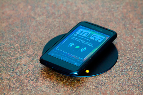 Qi-compatible phone from Verizon Wireless charging wirelessly at Kitchen 67 in Grand Rapids, Michigan, using technology from Fulton Innovation.  (PRNewsFoto/Fulton Innovation)