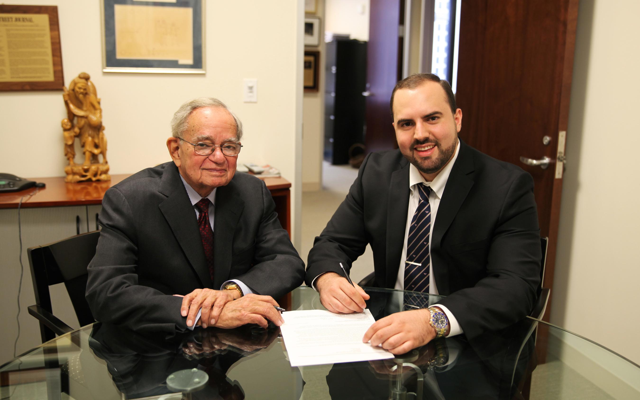 Leo Melamed and David Widerhorn signing the Strategic Alliance (PRNewsFoto/Melamed & Associates, Inc.)