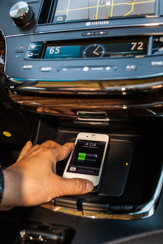 Wireless charging pad is located within the lid of the Avalon's ebin.  (PRNewsFoto/Toyota)