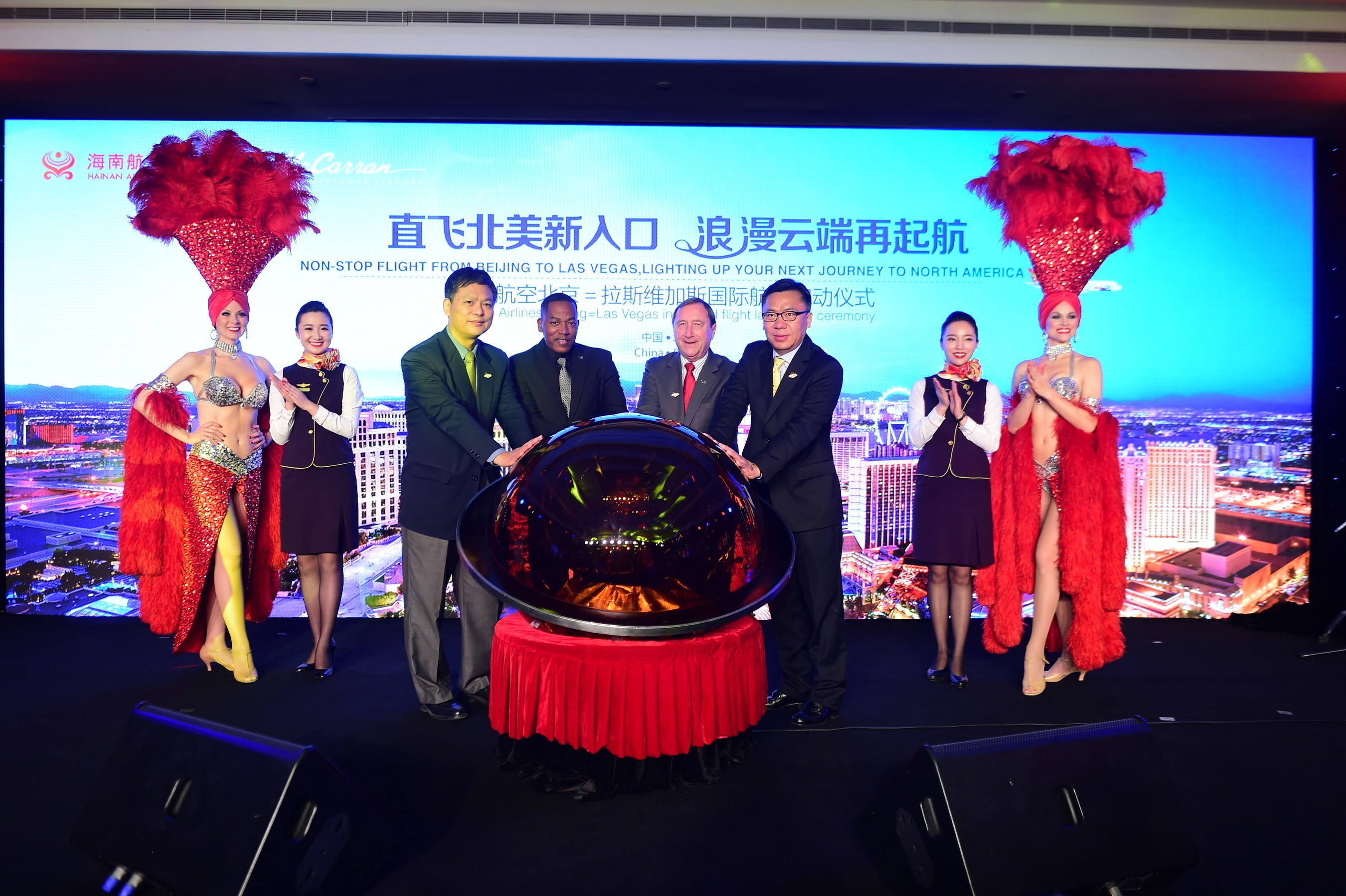 Hainan Airlines vice president of marketing Hou Wei, Clark County Commissioner Lawrence Weekly, Las Vegas Convention and Visitors Authority president Rossi Ralenkotter; and World Tourism Cities Federation deputy secretary-general and Beijing Municipal Commission of Tourism Development delegation member Li Baochun jointly announced the start of the inauguration ceremony