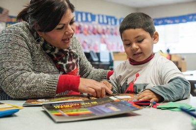 Carmen Diaz reads with her son, 4-year-old Uzmael, during a parent-child group organized by Save the Children at a California preschool. Photo by Susan Warner / Save the Children